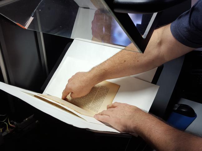 Un numériseur à ouverture restreinte pour la numérisation d'ouvrages reliés