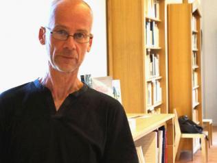 Jean-Pascal Dubost devant la Bibliothèque Remarquable